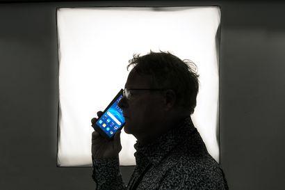"""Ketä keskittäminen palvelee, kysyy kempeleläinen Tuula Väyrynen: """"Tervekin väsyy puhelimen tuuttauspolun varrella oman henkilöllisyytensä todistamiseen"""""""