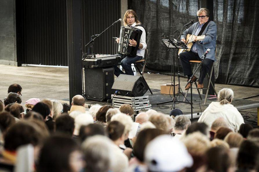 Mikko Alatalo (oik.) ja Jammu  Humalamäki laulattivat kansaa kesällä Toppilan Möljällä. Lauantaina parivaljakko esiintyy Haukiputaalla ravintola Navetassa.