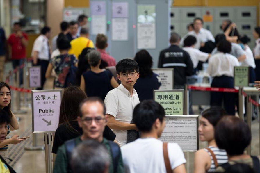 Demokratia-aktivisti Joshua Wong astui Hongkongin korkeimman oikeuden istuntoon toukokuun puolivälissä. Hänet määrättiin tuolloin vielä kuukaudeksi telkien taakse.