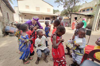 """Omaehtoista avustustyötä jo 12 vuotta tehnyt oululainen Hannele Myllyselkä tietää, miten suuren ilon yksittäinenkin lahjoitettu tavara voi antaa – """"Kaikille tavaroille löytyy aina käyttäjiä"""""""