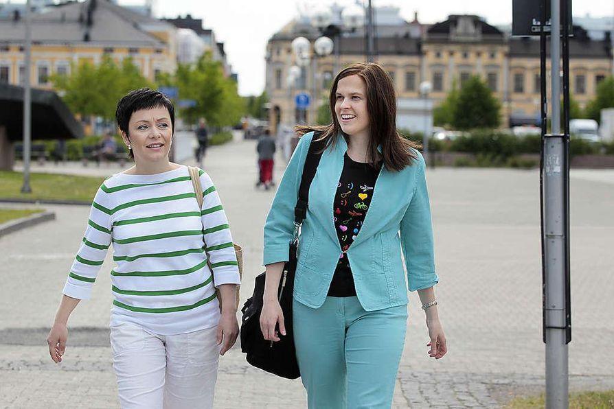 Riikka Moilanen (oik.) kaupunginvaltuuston puheenjohtaja  ja Mari-Leena Talvitie, Oulun kaupunginhallituksen puheenjohtaja.