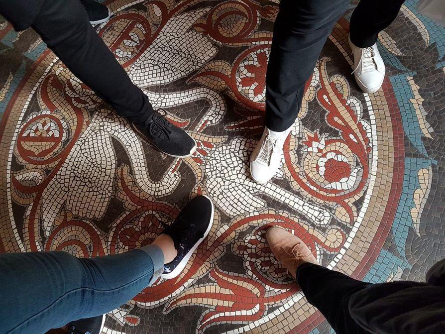 Merja Danso, Airi Kämäräinen, Jaana Lifflander ja Hellevi Virkkunen seisahtivat hetkeksi Budapestin kuuluisan Gellertin kylpylän mosaiikkilattialle.