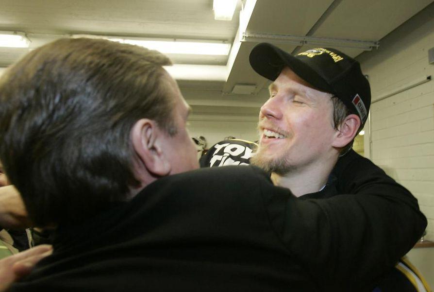 Missä tahansa Ilkka Mikkola (oik.) kulki, hän oli lähes poikkeuksetta voittavan jääkiekon ytimessä. Kärppien toimitusjohtaja Juha Junno ja Mikkola halasivat voiton kunniaksi vuonna 2008.