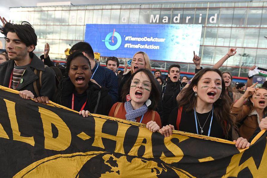 Nuoria mielenosoittajia Madridissa.