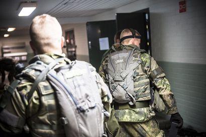 Kysely: Enemmistö kansanedustajista kannattaa yhä pakollista asevelvollisuutta, mutta vain miehille