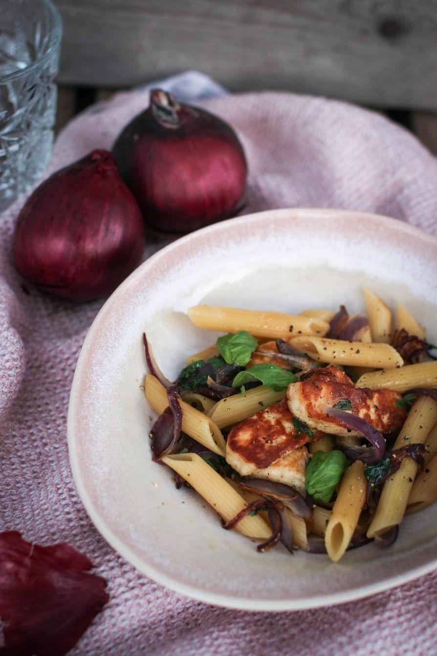 Kolme ainesta: pasta sipuli ja halloumi. Niin yksinkertaista on pasta parhaimmillaan.