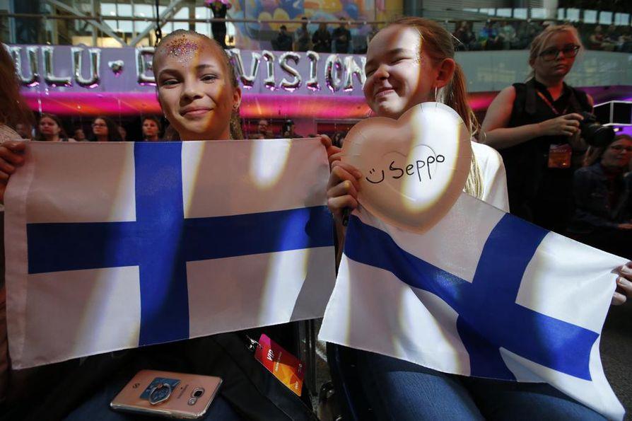 Peppi Partanen (vas.) ja Amanda Karhu uskoivat vankkumattomasti oululaislähtöisen Suomen viisuedustajan Saara Aallon voittoon.