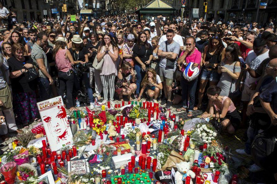 Barcelonan uhrien muistopaikalle kerääntyi valtavasti kukkia perjantaina.