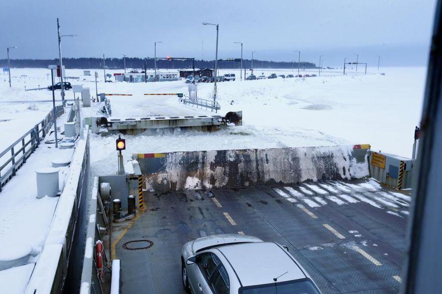 Hailuodon siltasuunnitelmat ovat puhuttaneet jo kymmenien vuosien ajan. Tämä talvi oli harvinainen, sillä saareen ei saatu lainkaan avattua jäätietä vaan väliä kuljettiin koko talvi lautalla.