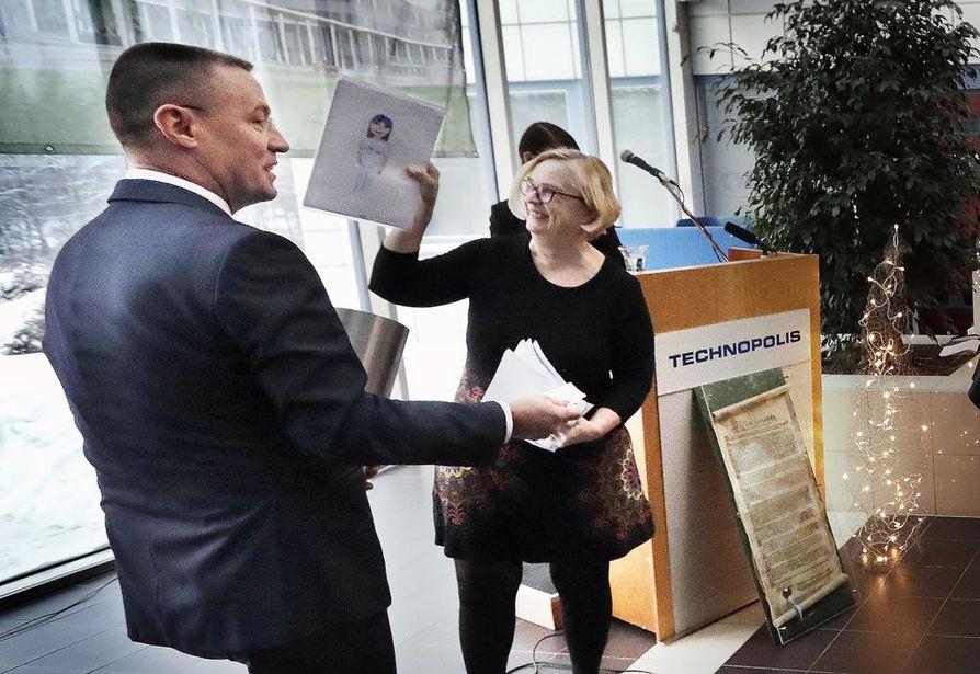 Sairaanhoitopiirin valtuuston puheenjohtaja Anne Huotari latasi peruskiveen sijoitettavaan lieriöön tietoa tuleville sukupolville yhdessä ohjelmajohtaja Kari-Pekka Tampion kanssa.