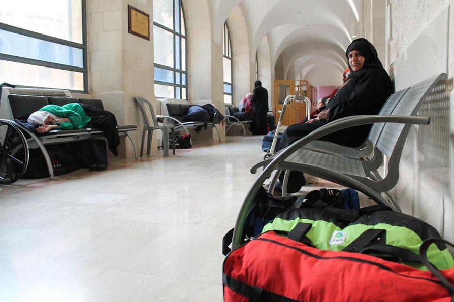 Palestiinalaiset potilaat odottavat syöpähoitoihin Augusta Victorian sairaalassa. Monen matka hoitopaikalle on kestänyt pitkään ja voimia kerätään nukkumalla penkeillä.