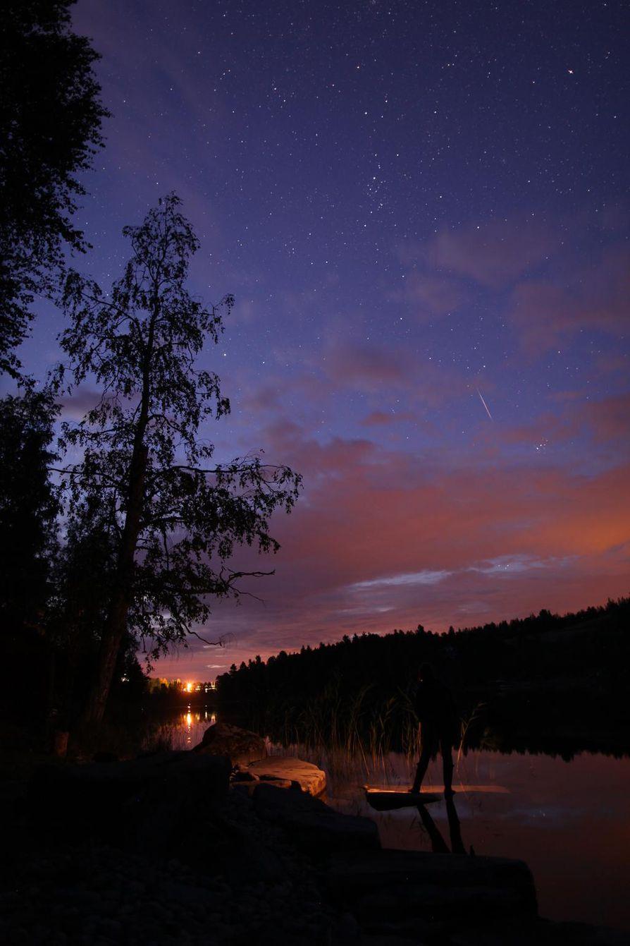 Perseidien tähdenlento maiseman yllä kuvattuna Rautalammilla vuonna 2015.
