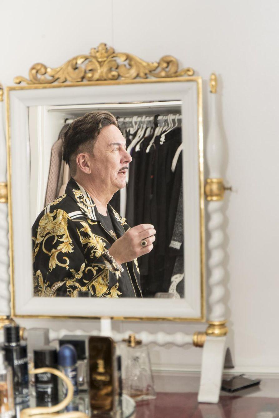 Buduaarissa eli pukeutumishuoneessa Markku Ellala valitsee joka aamu päivän vaatteet ja asusteet.