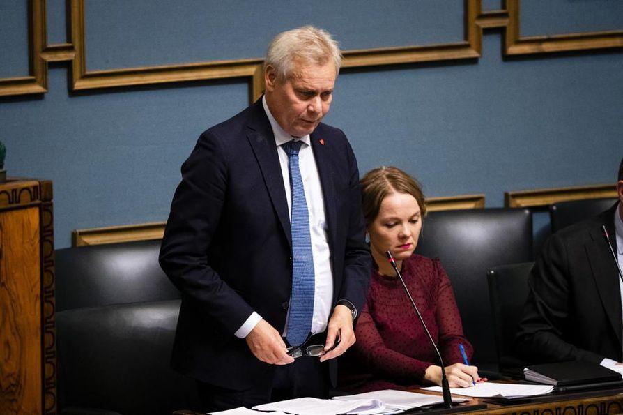 Pääministeri Antti Rinne (sd.) vaatii keskustalta selvempää kantaa pääministerin asemaan. Taustalla keskustan puheenjohtaja, elinkeinoministeri Katri Kulmuni. Arkistokuva.