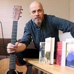 Tavoitteena esiintyä Suomen jokaisessa kirjastossa –taivalkoskelaissyntyisen Janne Nevalan romaanit ja musiikin yhdistävä esitys kiertää Koillismaalla