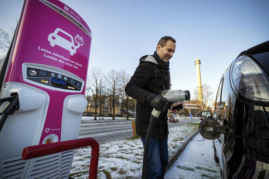 Sähköautojen pikalatauspisteitä on hyvin suurissa kaupungeissa, mutta maanteillä pisteiden etäisyydet tekevät matkustamisesta hankalaa joihinkin paikkoihin Suomessa, jos sähköauton kantama on sadan kilometrin luokkaa.
