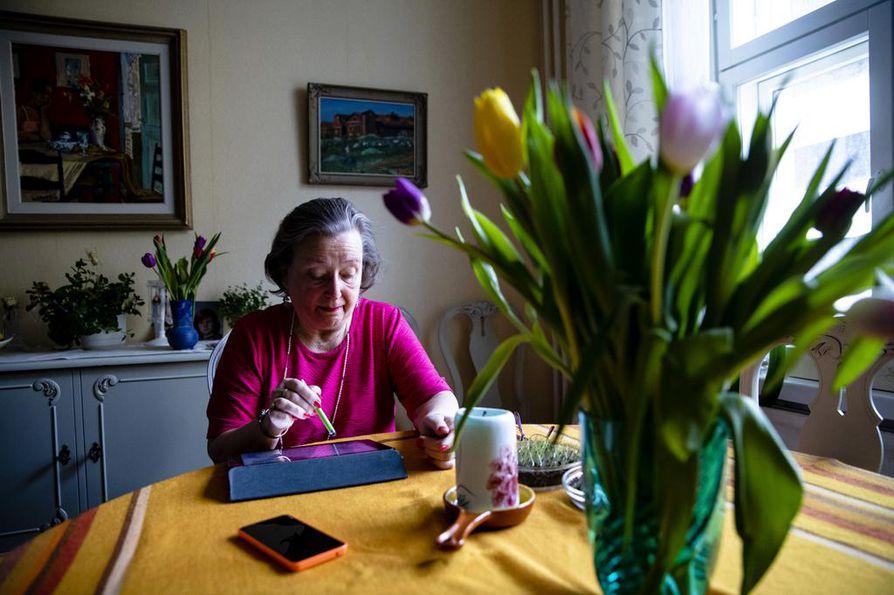 """Kirsti Peuralinna on maksanut laskunsa yli 20 vuotta automaatilla tai verkkopankissa. Nyt hänen pitää oppia uusi kirjautumistapa. """"Varmasti opin sen, mutta se ei tunnu kivalta""""."""