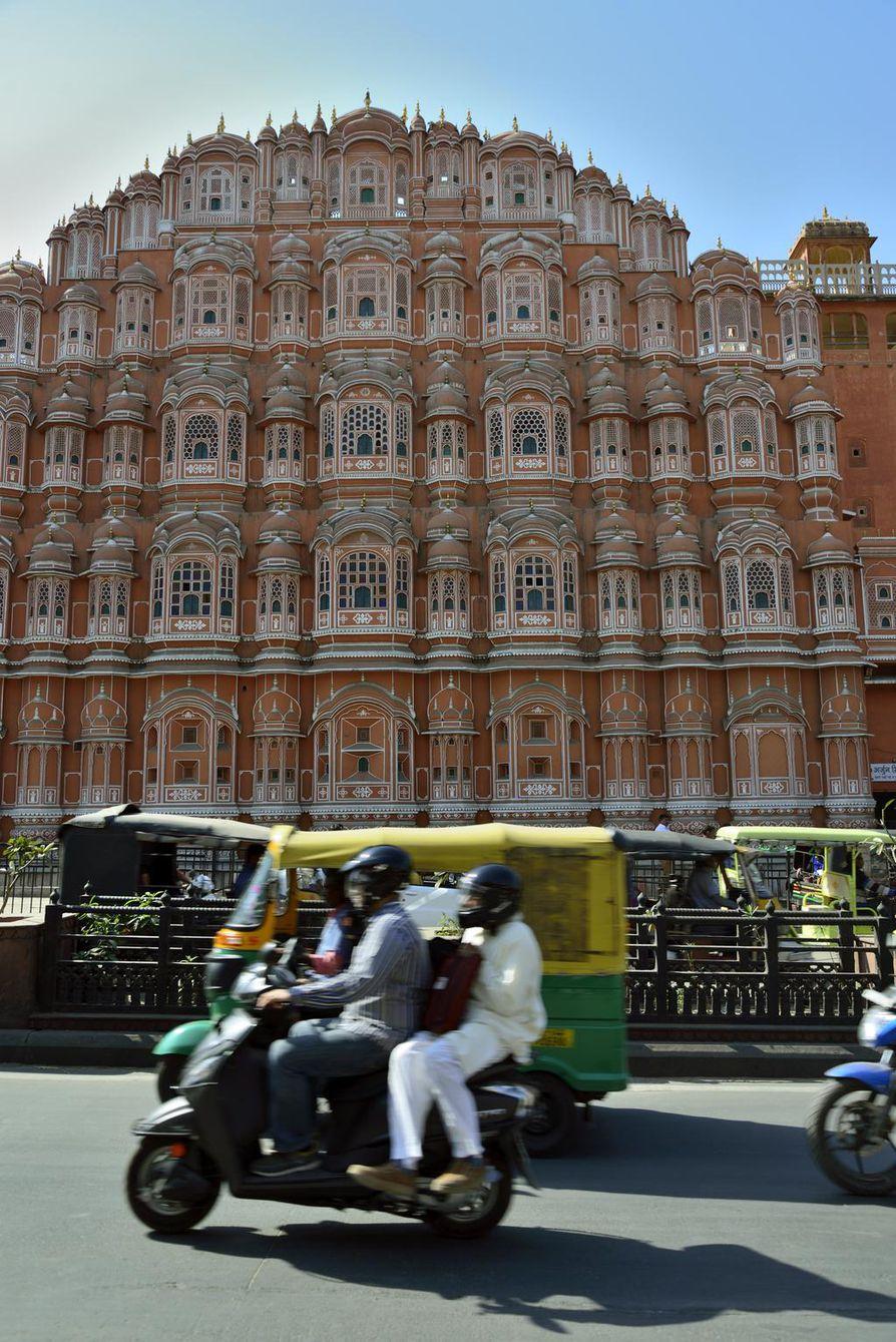 Hawa Mahal eli Tuulten palatsi on pinkiksi kaupungiksi kutsutun Jaipurin maamerkki.