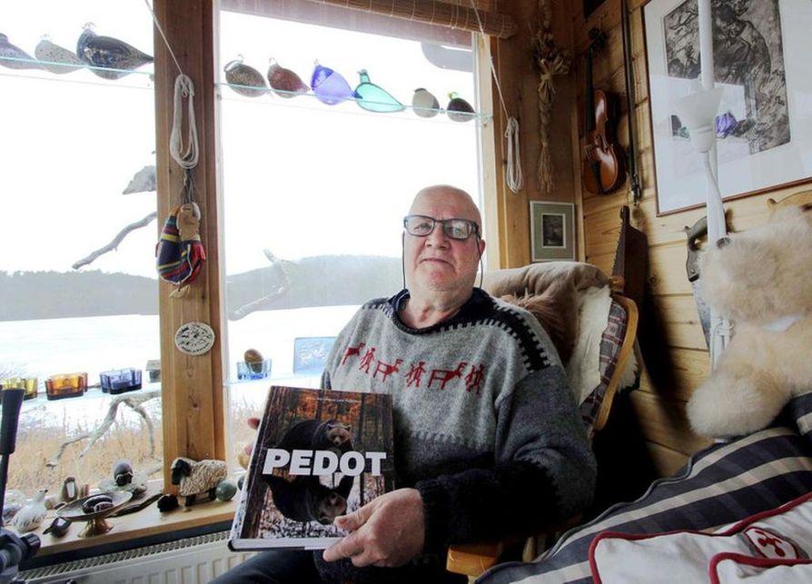 Nieminen sanoo tutkineensa 15 vuotta kotkan tappamia vasoja ja tehneensä myös yhdeksän vuotta suurpetotutkimusta.