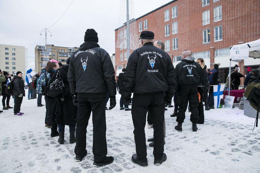 Soldiers of Odin -liikkeen toiminta on hiipunut, mutta sen jäseniä on osallistunut viime vuosina esimerkiksi itsenäisyyspäivän kansallissosialistiseen kulkueeseen. Kuvassa Odinin sotureita Tampereella sananvapautta puolustaneessa mielenosoituksessa joulukuussa 2016.