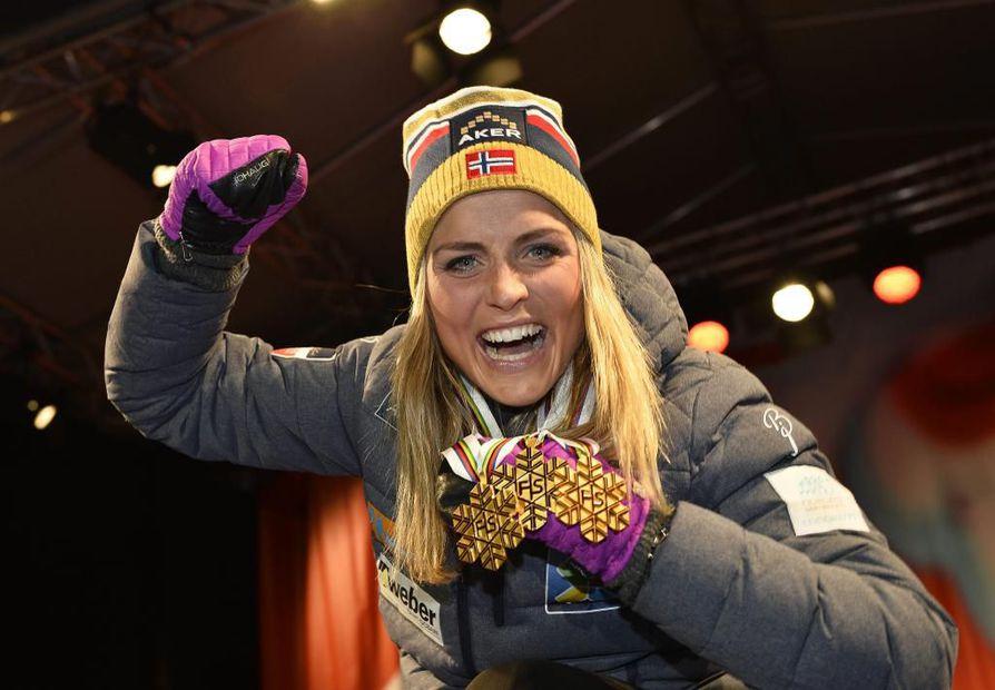 Therese Johaug keräsi kolme kultaa Falunin MM-kisoista. Yksi niistä tuli viestistä.
