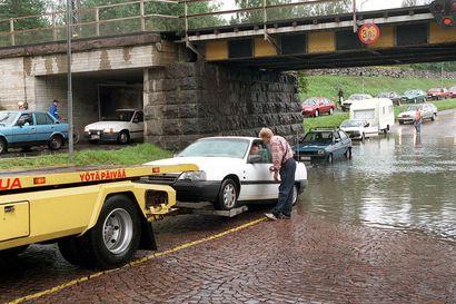 Vanhat kuvat: Liikenteessä Oulussa 90-luvulla – tulva aiheutti ongelmia, Tuirassa Postin parkki oli sumppu