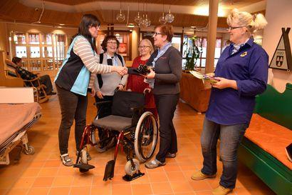 Luistojalaksilla liukkaammin liikkeelle - Posion Lions klubin Livon liitännäisklubi teki lahjoituksen vanhustyöhön