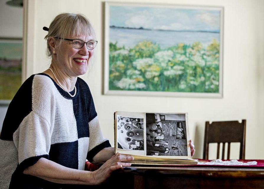 Oulun kaupunginkirjaston apulaisjohtajan virasta eläkkeelle jäänyt Maija Saraste on kirjoittanut kirjan isänsä yrityksen, Radio Mikron, värikkäästä tarinasta.