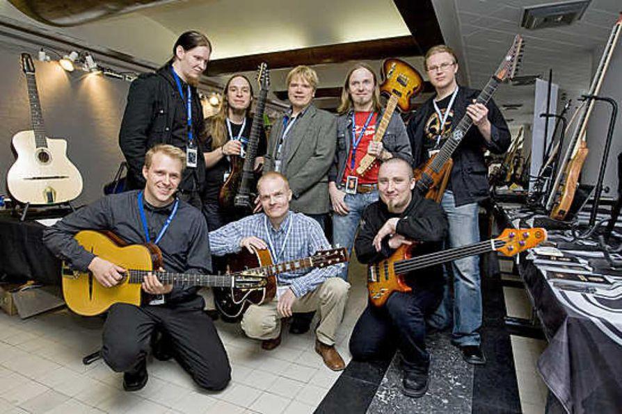 Peter Brosens (oik.) seurasi Liselore-tyttärensä kanssa sunnuntaina Brysselissä, kun muusikko Tom Gardiner (vas.) ja soitinrakentajat Sampo Leppävuori ja Tomi Korkalainen esittelivät suomalaiskitaroita Brosella-messuilla.