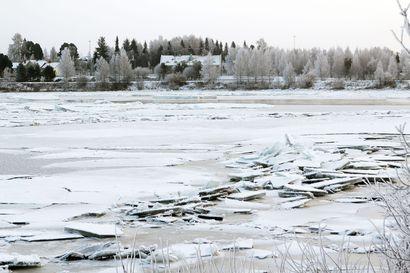 Tornionjoessa erikoinen jäätilanne: Vaaralliset jääkasat voivat tuoda hankaluuksia kelkkailijoille talvella