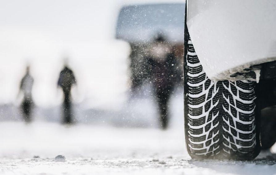 Kitkarengas puree hyvin tasaisessa talvikelissä ja pääteillä, nasta puolestaan on omiaan jäisissä oloissa ja pikkuteillä. Ensi syksystä lähtien vastuu talvirenkaiden oikeasta käyttöajasta ja -olosuhteista jää yhä enemmän autoilijan itsensä harteille.