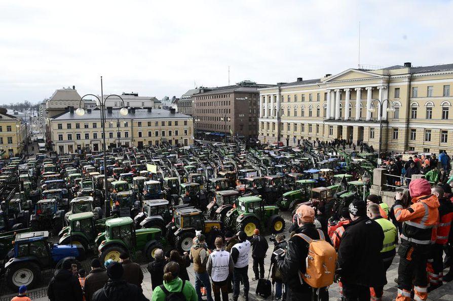 Senaatintorin mielenilmaukseen osallistui poliisin mukaan muutamia tuhansia ihmisiä.