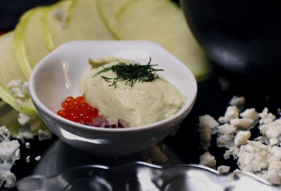 Savusiikamousse maistuu mädin, punasipulin ja tillin kera.
