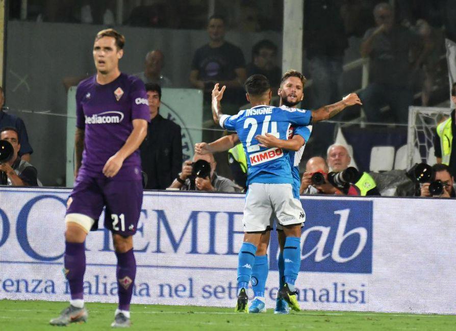 Napolin Dries Mertens ja Lorenzo Insigne juhlivat maalia. Molemmat onnistuivat maalinteossa lauantain myöhäisottelussa.