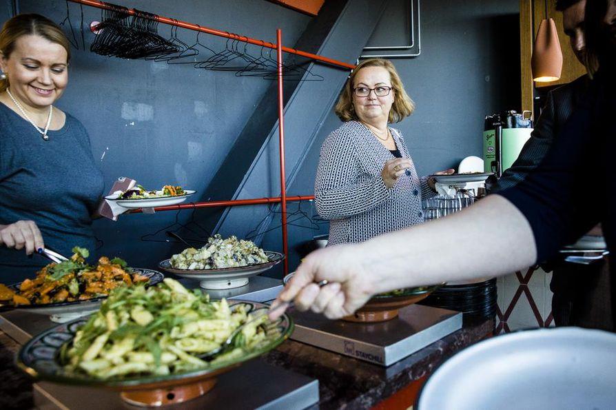Katja Seppänen ja Terhi Lindgren lounastavat mieluusti helsinnkiläisessä Sandrossa, joka tarjoilee paljon kasvispainotteista ruokaa.