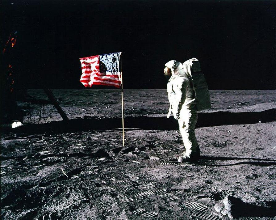 Apollo 11:n miehistö pystytti Kuun pinnalle Yhdysvaltain tähtilipun osoituksena kylmän sodan avaruuskilpailun voitosta Neuvostoliittoa vastaan.