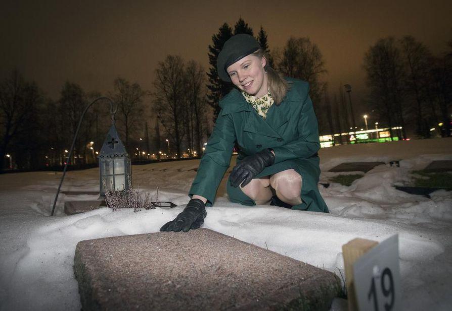 Iina Tuomela asettuu itsenäisyyspäivänä sotilaskotisisar Aino Keräsen sankarihaudalle kunniavartioon. Tapahtumaan Tuomela ei pue kuvassa päällään olevaa sotilaskotisisaren pukua vaan sota-aikaiseen vastaavaan.