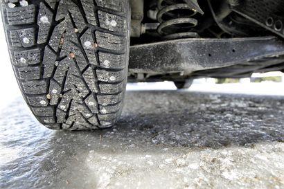 """Useat autoilijat rikkoneet aamulla renkaansa pahoihin kuoppiin Nelostiellä Iissä – """"Eräs rouva kertoi odottaneensa aamukuudesta asti hinausta"""""""