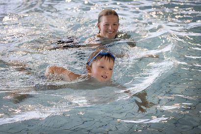 Uimakoulujen alkamista ei kannata jäädä odottelemaan, sillä vesitaitoja voi opetella itse ja opettaa niitä lapselle – katso vinkit lapsen uimakouluun