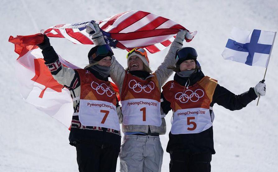 Laurie Bouin, Jamie Anderson ja Enni Rukajärvi tuulettivat mitaleita kisan jälkeen.