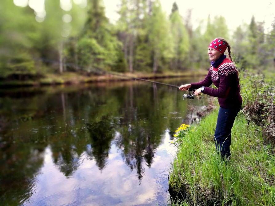Laura Korppinen heittää uistinta tunnelmallisessa voittokuvassa Pudasjärven Pärjänjoella.