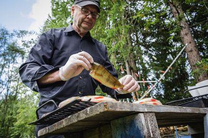 """Kalan savustaminen ei oikeasti ole vaikeaa – Jukka jakaa vinkit onnistuneeseen kesäherkkuun: """"Ahven on paras, helposti saatavilla eikä vaadi käsittelyä"""""""