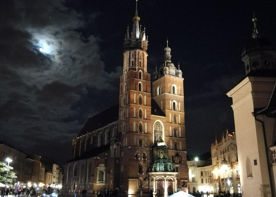 Mariankirkko sijaitsee Euroopan suurimpiin kuuluvan torialueen Rynek Glownyn laitamilla Puolan Krakovassa.