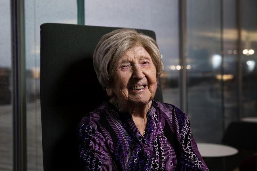 Dagny Carlsson halusi nuorena kirjailijaksi. Unelma toteutui 104-vuotiaana, kun bloggaaja kirjoitti yhdessä toimittajan kanssa kirjan elämästään.