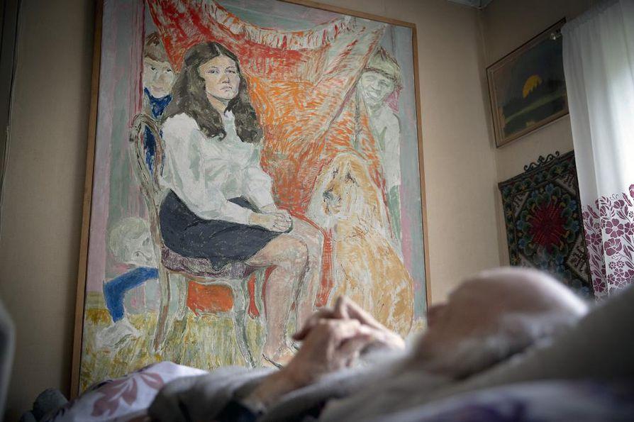 """""""Vapaan Taidekoulun (1946–47) lopuksi meille näytettiin loistavia filmejä veistoksista. Siitä alkoi veistosinnostus"""", Raimo Metsänheimo muistelee. Tätä ennen hän oli ollut ensisijaisesti piirtäjä. Taustalla teos nimeltä Seurapiiri."""