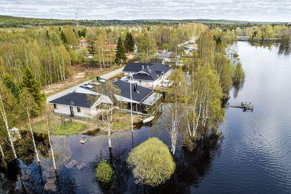 Talon tulvasuojaus petti ohi ajaneiden vesiskoottereiden vuoksi Rovaniemellä – Pelastuslaitos kehottaa välttämään joella liikkumista