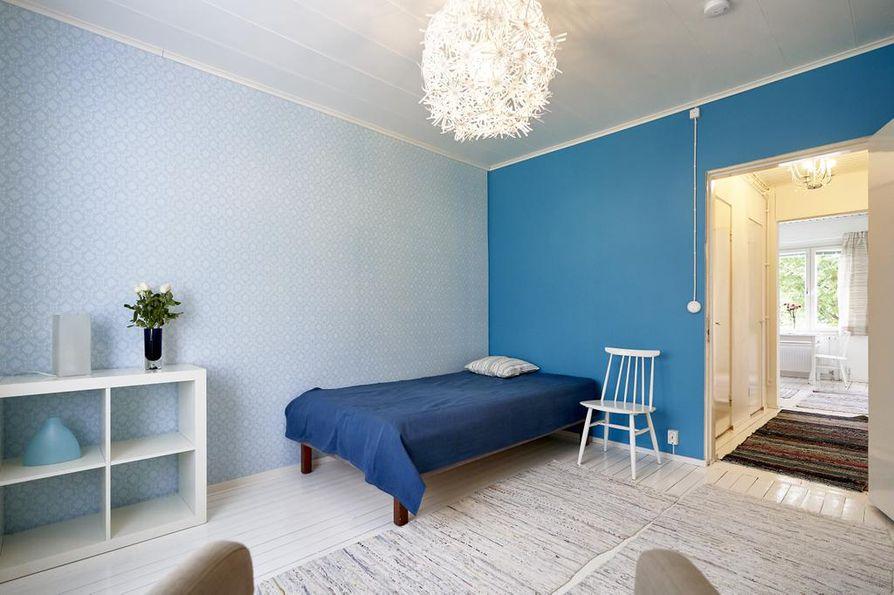 Etelän puolella sijaitseva olohuone on valoisa koko päivän. 50-luvun tapetti toi asuntoon vanhan talon henkeä.