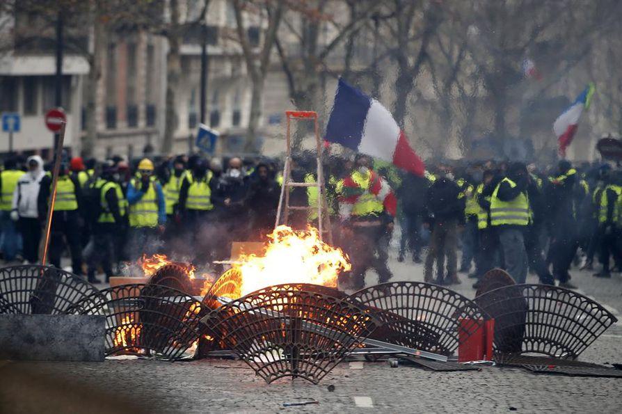 Osa mielenosoittajista pystytti kaduille barrikadeja ja tulipaloja, joita poliisit purkivat ja sammuttivat.