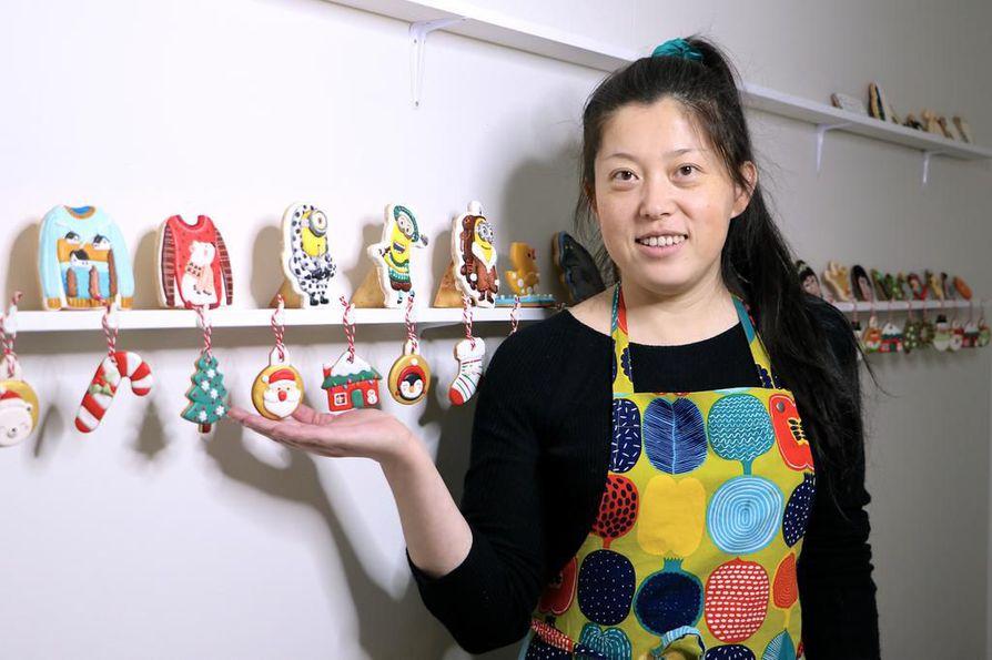 Oululainen Sofia Yang pitää kotonaan Koskelassa kokkikursseja. Kiinalaisen ruoan lisäksi hän opettaa keksienkoristelutekniikoita.