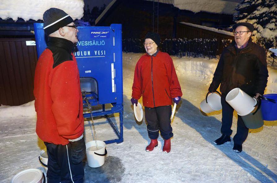 Arvo ja Sirkka Isola sekä Kauko Ervasti suhtautuivat tiistai-iltana huumorilla ylimääräiseen vedentuloreissuun.